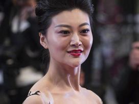 Cố tình hở ngực gây shock thảm đỏ, Triệu Hân bị tố làm giả giấy mời đến Cannes