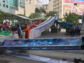 Cổng chào phố đi bộ Nguyễn Huệ đổ sập, đè người đi đường