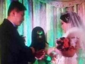 Nhiếp ảnh gia chụp ảnh cưới y hệt đám ma gây xôn xao dư luận