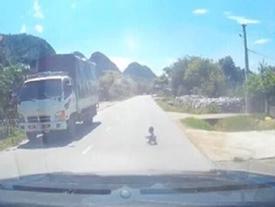 Thót tim trước cảnh cháu bé bò ngang quốc lộ giữa trưa nắng nóng