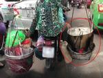 Clip: Đôi nam nữ vô tư chở nồi nước đang sôi đi trên phố Sài Gòn