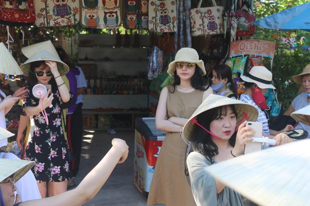Nữ du khách xinh đẹp thích thú với vườn rau xanh hút mắt ở Hội An-1