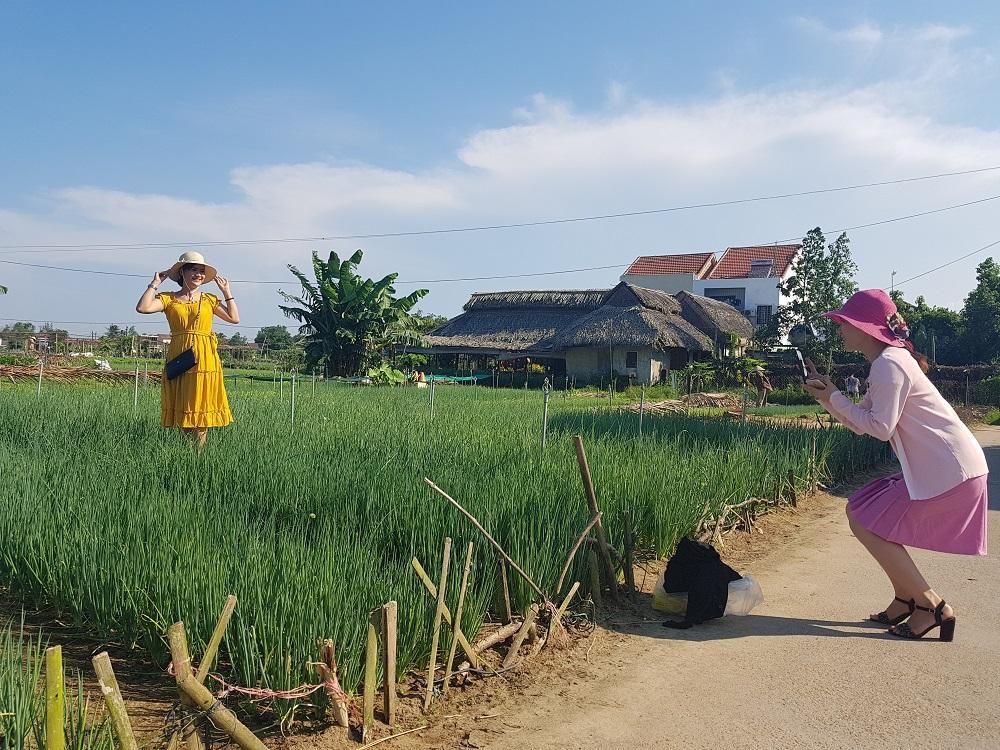 Nữ du khách xinh đẹp thích thú với vườn rau xanh hút mắt ở Hội An-4
