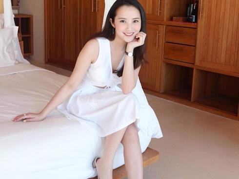 Hot girl - hot boy Việt: Phan Thành khoe ảnh bạn gái xinh đẹp khi ngồi trong phòng ngủ