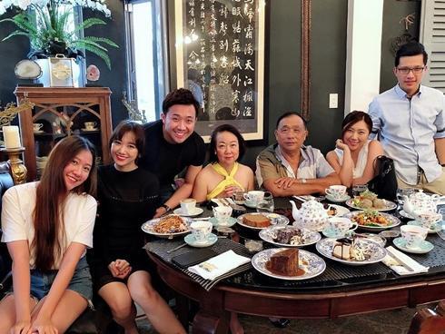 Tin sao Việt: Trấn Thành khoe ảnh Hari Won sum họp gia đình sau khi vợ bị nhắc nhở ít quan tâm nhà chồng