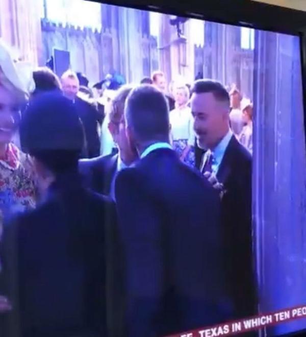 Cư dân mạng toàn thế giới 'dậy sóng' khi Elton John hôn David Beckham trong đám cưới Hoàng tử Anh