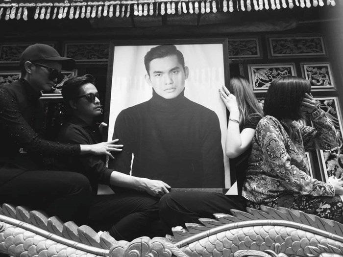 Hoa hậu H'Hen Niê ngồi xe tang đưa tiễn stylist Mì Gói về nơi an nghỉ