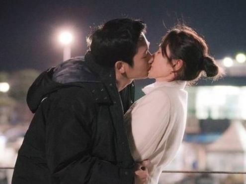 Qua 16 tập phim, thứ đọng lại duy nhất trong lòng khán giả 'Chị đẹp' chỉ có... ôm và hôn