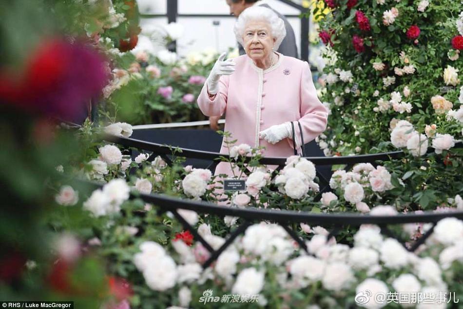 Nữ hoàng Anh Elizabeth II trẻ đẹp như bông hoa đại ở tuổi 92