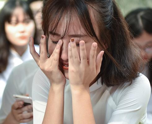 Nữ sinh Hà thành gạt nước mắt ngày chia tay tuổi học trò