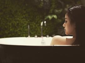 Hot girl - hot boy Việt: Huyền Baby hững hờ khoe ảnh bán nude trong bồn tắm