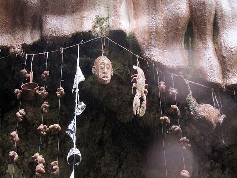 CHUYỆN LẠ: Giếng nước kỳ lạ biến tất cả những thứ rơi vào đều hóa đá