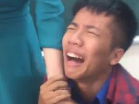 Bật cười trước khoảnh khắc nam sinh quỳ gối nức nở xin cô giáo không thu điện thoại