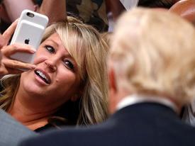 Giới chức Mỹ lo ngại cách sử dụng điện thoại của ông Donald Trump