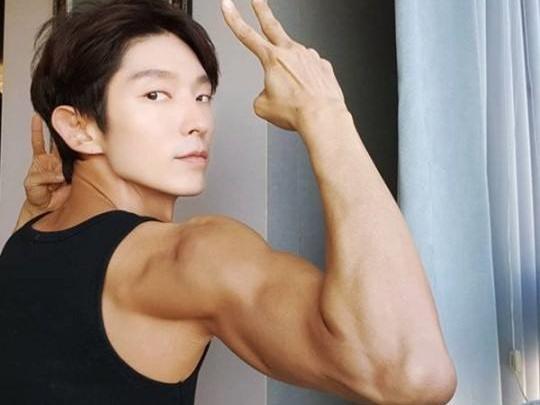 Sao Hàn 23/5: Lee Jun Ki 'gây bão' vì mặt học sinh nhưng thân hình võ sĩ