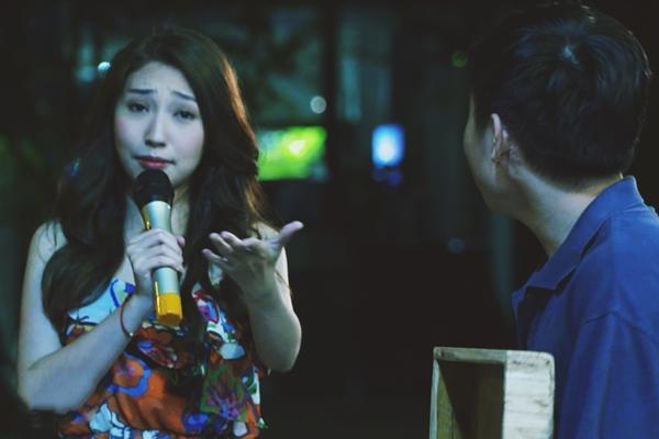 Sau tin đồn 'đường ai nấy đi' với Ngô Kiến Huy, bất ngờ bắt gặp Khổng Tú Quỳnh bán kẹo kéo lề đường
