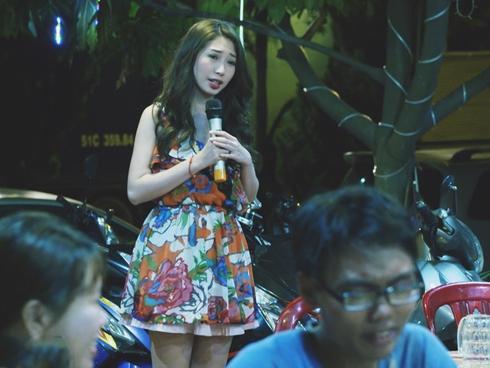 Khổng Tú Quỳnh bất ngờ đi bán kẹo kéo sau tin đồn chia tay Ngô Kiến Huy