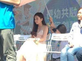 'Phan Kim Liên' Ôn Bích Hà bị chỉ trích vì để trợ lý quỳ gối cầm ô che nắng