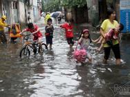 Người Hà Nội bì bõm 'rẽ sóng' về nhà chiều cuối tuần
