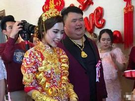 Xôn xao hình ảnh cô dâu trên người đeo đầy vàng bên chú rể thiếu gia kém sắc