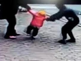 Nghi bắt cóc trẻ em, chủ doanh nghiệp bị người dân đánh bầm dập