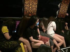 Bị kiểm tra,nữ nhân viên quán karaoke mặc 'thiếu vải' chạy tán loạn