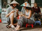 Cặp ngoại quốc chụp hình cưới ở vỉa hè Việt Nam 'cực chất'