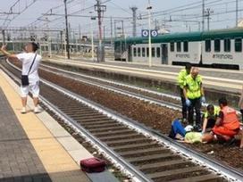 Thanh niên thản nhiên chụp ảnh selfie trước người phụ nữ bị tai nạn