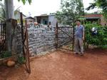 Một hộ dân bị xây bít cổng vì không đóng tiền đường