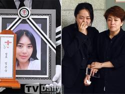 Ca sĩ Hàn làm mẹ đơn thân qua đời, con gái 7 tuổi ngơ ngác trong lễ tang
