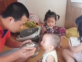 Ông bố của năm: Một mình cân cả 3 đứa mà đứa nào cũng bám bố như sam