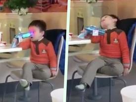 10 giây lên hình, bé trai khiến dân mạng 'cười bò' đặt cho danh hiệu 'thánh diễn sâu'