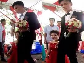 Đám cưới của cô dâu cao đến hông chú rể, thổi bánh phải có người nhấc lên ghế khiến dân mạng xôn xao