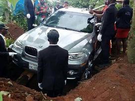 Thanh niên 'chịu chơi', chôn cất bố trong siêu xe 2 tỷ đồng