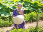 Cụ bà 'xì tin': 90 tuổi vẫn thích chụp ảnh cùng hoa, làm cuốn sổ ghi lại các bài thơ tự sáng tác