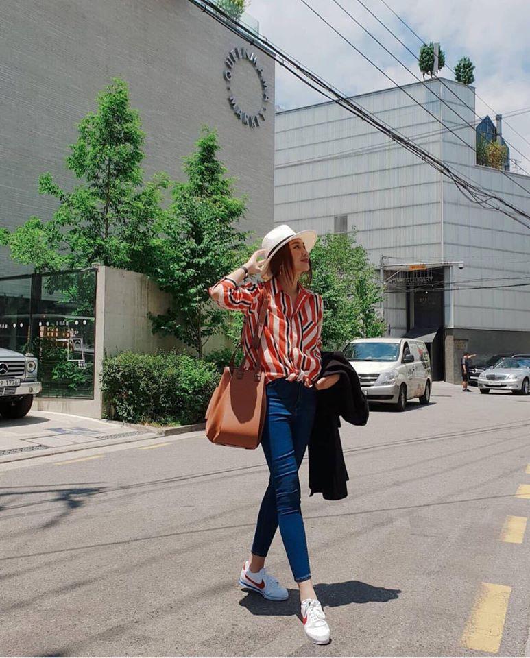 Thanh Hằng trung thành cùng phong cách giản dị vẫn đẹp hết nấc. Combo áo sơ mi, quần jeans