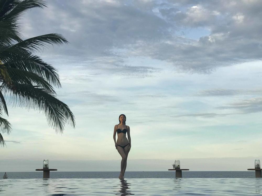 Á hậu Thanh Tú bất ngờ diện bikini khoe thân hình quyến rũ cùng số đo 3 vòng chuẩn 87 - 62 - 91.
