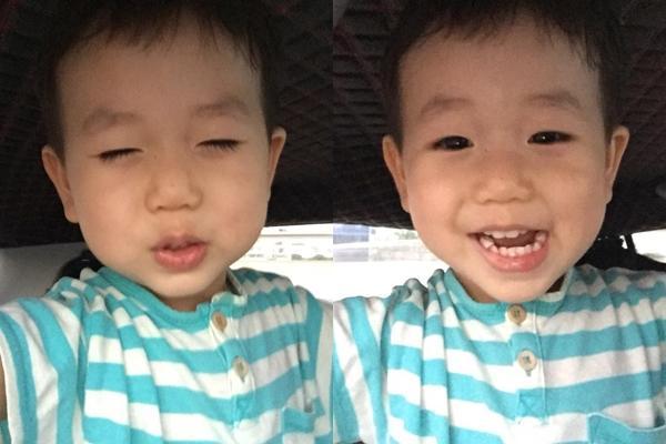 Ở diễn biến khác, bé Đậu tinh nghịch lấy điện thoại của bố - hot boy Ba Duy tự selfie.