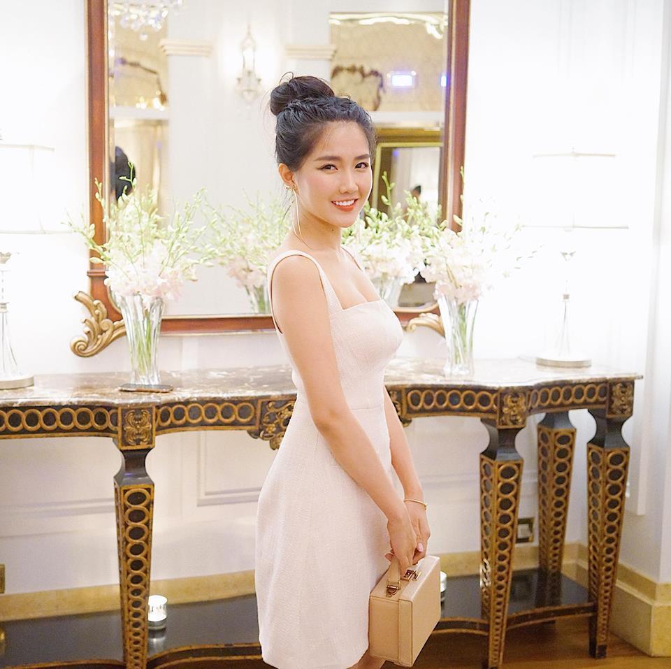 Hot girl Kiều Trinh khéo khoe đường cong quyến rũ với váy trắng tinh khôi.