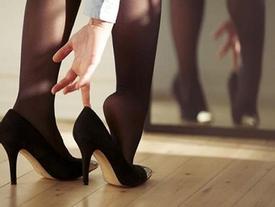 Thường đeo giày cao gót, người phụ nữ mắc bệnh 'bàn chân bẹt': kiểm tra ngay trước khi quá muộn!