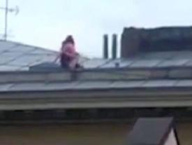 'Mây mưa' trên mái nhà, cặp tình nhân khiến dư luận lo lắng vì chỉ chực rơi xuống đất