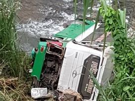 Xe khách chở hơn 40 người lao xuống vực ở đèo Lò Xo