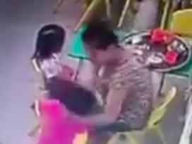 Cô giáo mầm non tát liên tục vào mặt khiến trẻ ngã dúi dụi