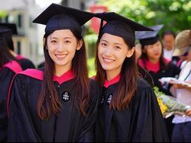 Tài sắc vẹn toàn, cặp song sinh Trung Quốc đích thị là con nhà người ta trong truyền thuyết