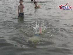 Nước hồ Tây pha đầy nước thải, dân Hà Nội vẫn vô tư ngụp lặn