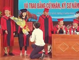 Thầy giáo quỳ gối cầu hôn nữ sinh trong lễ tốt nghiệp: 'Đúng người sai địa điểm'