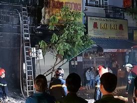 Cháy lan dữ dội sau tiếng nổ ở quận 5, cụ bà mắc kẹt