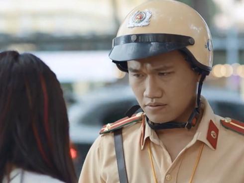 Cười rách mép với giọng nói khó đỡ của chàng cảnh sát giao thông đang khiến mạng xã hội 'điên đảo'