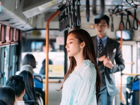 'Thư ký Kim': Sau nụ hôn đầu, Park Min Young trả thù Park Seo Joon thế này đây
