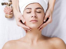 Hướng dẫn massage mặt tại nhà 'chuẩn' spa